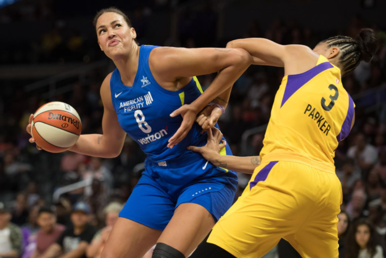 Liz Cambage against the opponent
