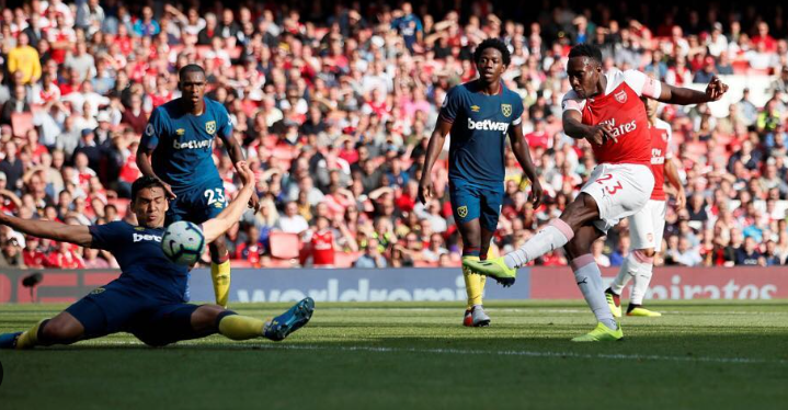 Danny Welbeck against the opponent