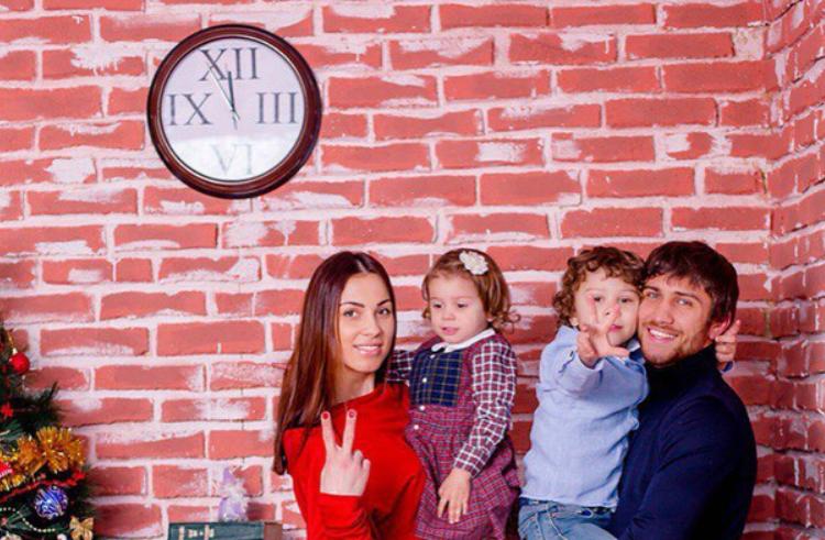 Vasyl Lomachenko with his wife, Elena and kids