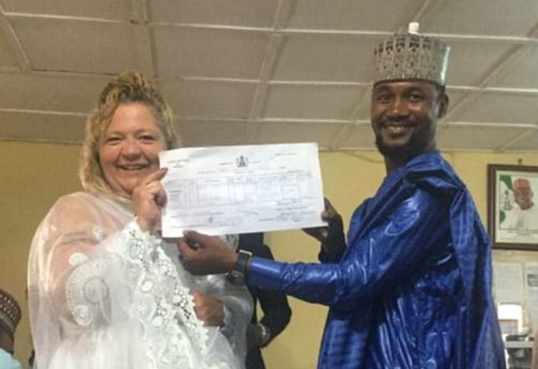 Lisa Hamme And Usman Holding Married Certificate
