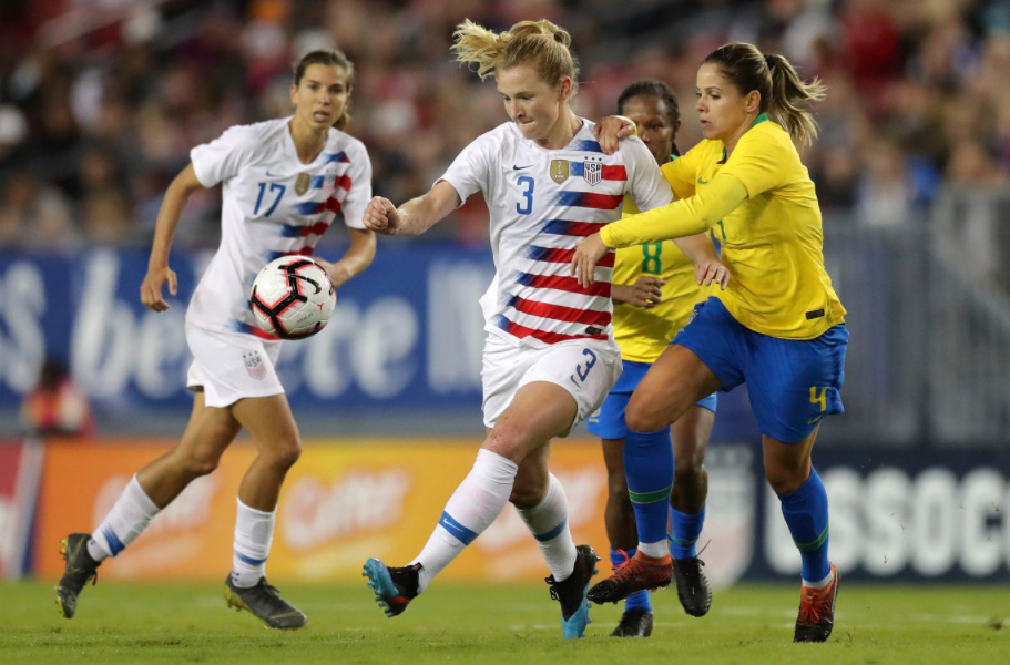 Sam Mewis heading the ball against the opponent