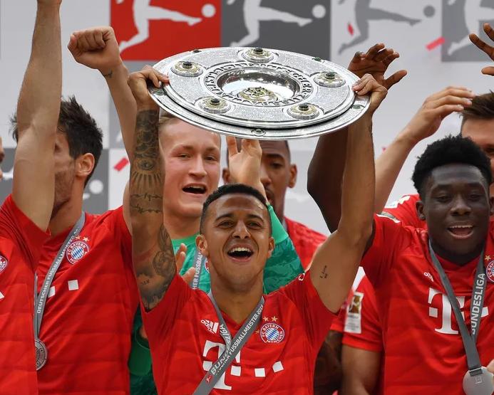 Thiago Alcantara of Bayern Munich lifts the trophy following the Bundesliga match between FC Bayern Muenchen and Eintracht Frankfurt in 2019