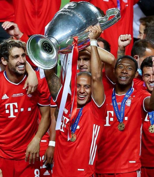 Thiago Alcantara lifting trophy in a game against PSG in UEFA Champions League 2020