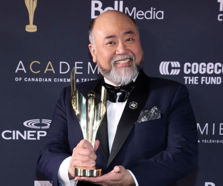 Paul Sun-Hyung Lee with award