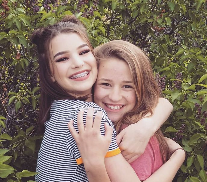 Brooke Monk with her sister during her childhood
