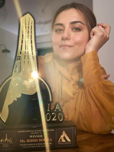 Ridhi Dogra With Her Award