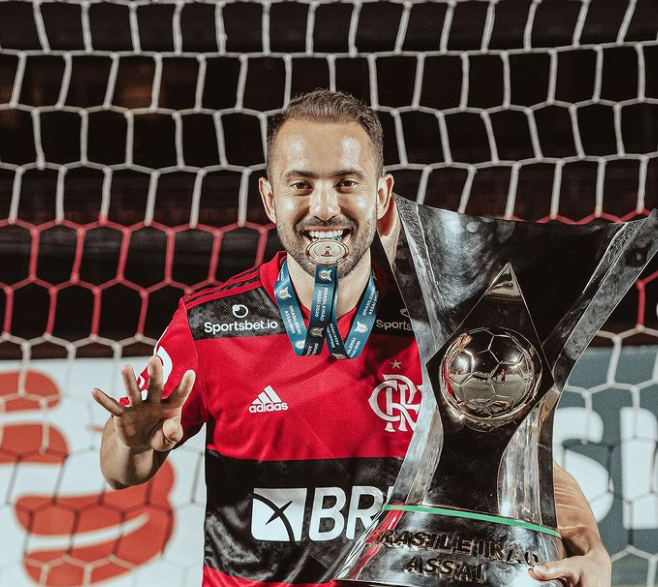 Everton Ribeiro Holding Trophy